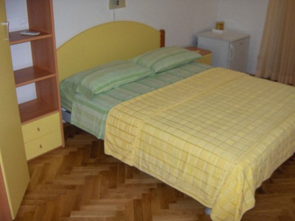 Appartment Žuta soba s balkonom in Bol 2